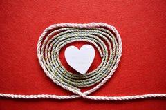 Walentynka dnia karta - serce robić od drutu na czerwonym tle Zdjęcia Stock