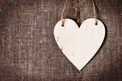 Walentynka dnia karta z sercami na tle lub grabić hessian lub burlap, zdjęcia royalty free