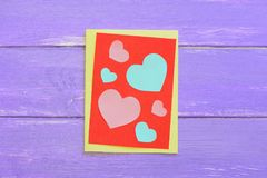 Walentynka dnia kartka z pozdrowieniami z papierowymi sercami na drewnianym tle Kreatywnie walentynka dnia prezent Prosty rzemios Obrazy Royalty Free