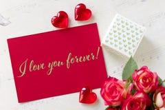 Walentynka dnia kartka z pozdrowieniami z róża prezenta pudełka sercami i literowanie kocham ciebie na zawsze Zdjęcia Stock