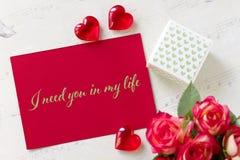 Walentynka dnia kartka z pozdrowieniami z róża prezenta pudełka sercami i literowanie potrzebuję ciebie w mój życiu fotografia royalty free