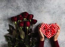 Walentynka dnia kobiety ręki mienia prezenta pudełka kształta matek kierowy dzień Obrazy Stock