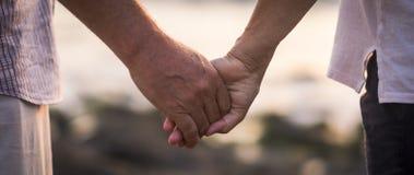 Walentynka dnia miłości pojęcie z rękami mężczyzny i kobiety dojrzali starzy ludzie z czasem starzał się brać wpólnie each inny z fotografia royalty free