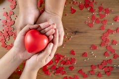 Walentynka dnia opieki zdrowotnej miłość trzyma czerwonego kierowych i światowych zdrowie dzień obrazy stock