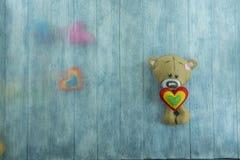 Walentynka dnia pocztówka Miś i colourful serca Zdjęcie Stock