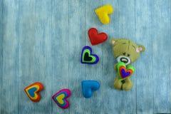 Walentynka dnia pocztówka Miś i colourful serca Zdjęcia Royalty Free