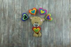 Walentynka dnia pocztówka Miś i colourful serca Obraz Stock