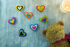 Walentynka dnia pocztówka Miś i colourful serca Fotografia Stock