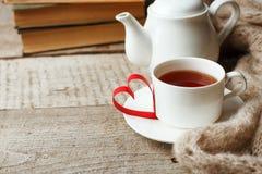 Walentynka dnia pojęcie z herbacianą filiżanką, papercraft sercem i książkami na drewnianym rocznika tle, wygodny weekend, hygge  obrazy royalty free