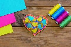 Walentynka dnia serca symbol Kolorowy odczuwany serce, nić set, filc ciąć na arkusze na drewnianym stole Odgórny widok Zdjęcie Royalty Free