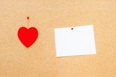 Walentynka dnia serce i opróżnia kartę na drewnianym tle Obrazy Royalty Free