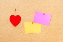 Walentynka dnia serce i opróżnia karty na drewnianym tle Zdjęcie Royalty Free