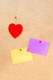 Walentynka dnia serce i opróżnia karty na drewnianym tle Zdjęcia Stock