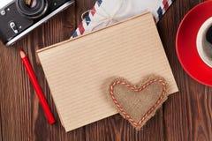 Walentynka dnia serce, kamera, kawa i notepad, Zdjęcie Stock