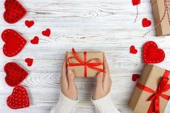 Walentynka dnia tło Żeńska ręka trzyma prezent dla walentynka dnia, urodziny lub matki ` s, dzień Romantyczny biały drewniany bac Zdjęcia Royalty Free