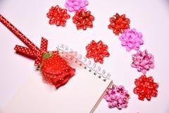Walentynka dnia tło Rewolucjonistki róża na Pustym notepad dla kopia astronautycznych i tasiemkowych atłasowych łęków na białym b zdjęcia royalty free