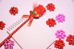 Walentynka dnia tło Rewolucjonistki róża na Pustym notepad dla kopia astronautycznych i tasiemkowych atłasowych łęków na białym b fotografia stock
