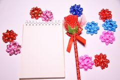 Walentynka dnia tło Rewolucjonistki róża na Pustym notepad dla kopia astronautycznych i tasiemkowych atłasowych łęków na białym b obraz stock