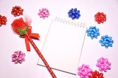 Walentynka dnia tło Rewolucjonistki róża na Pustym notepad dla kopia astronautycznych i tasiemkowych atłasowych łęków na białym b obraz royalty free