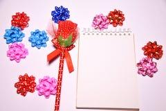 Walentynka dnia tło Rewolucjonistki róża na Pustym notepad dla kopia astronautycznych i tasiemkowych atłasowych łęków na białym b zdjęcia stock