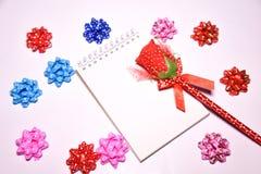 Walentynka dnia tło Rewolucjonistki róża na Pustym notepad dla kopia astronautycznych i tasiemkowych atłasowych łęków na białym b obrazy royalty free