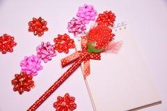 Walentynka dnia tło Rewolucjonistki róża na Pustym notepad dla kopia astronautycznych i tasiemkowych atłasowych łęków na białym b obrazy stock