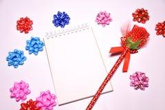 Walentynka dnia tło Rewolucjonistki róża na Pustym notepad dla kopia astronautycznych i tasiemkowych atłasowych łęków na białym b fotografia royalty free