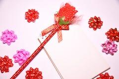 Walentynka dnia tło Rewolucjonistki róża na Pustym notepad dla kopia astronautycznych i tasiemkowych atłasowych łęków na białym b zdjęcie stock