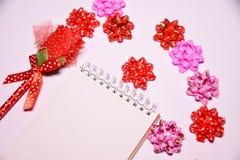 Walentynka dnia tło Rewolucjonistki róża na Pustym notepad dla kopia astronautycznych i tasiemkowych atłasowych łęków na białym b zdjęcie royalty free