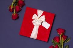 Walentynka dnia tło, romantyczny bezszwowy błękitny tło, czerwieni róży bukiet, faborek, prezent etykietka, prezent obraz stock