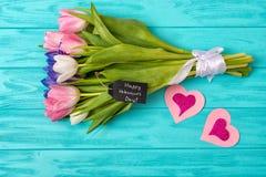 Walentynka dnia tło z bukietem tulipany i valentine karta niespodzianka, romantyczna zdjęcie stock