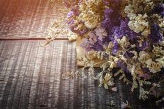 Walentynka dnia tło z kwiatem na starym drewnianym stołowym wierzchołku vi Zdjęcia Stock