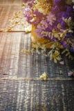 Walentynka dnia tło z kwiatem na starym drewnianym stołowym wierzchołku vi Obraz Stock