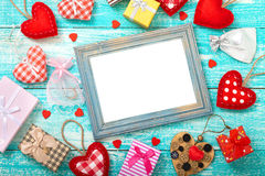 Walentynka dnia tło z sercem kształtuje na drewnianym stole Zdjęcie Royalty Free