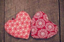 Walentynka dnia tło z dwa handmade zabawkarskimi sercami na drewnianym Obrazy Royalty Free