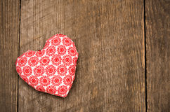Walentynka dnia tło z handmade zabawkarskim sercem na drewnianym plecy Fotografia Stock