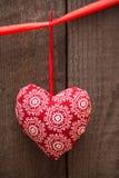 Walentynka dnia tło z handmade zabawkarskim sercem na drewnianym plecy Obrazy Stock