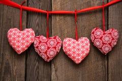 Walentynka dnia tło z handmade zabawkarskimi sercami na drewnianym bac Fotografia Stock