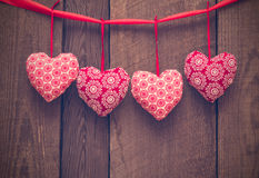Walentynka dnia tło z handmade zabawkarskimi sercami na drewnianym bac Obrazy Stock