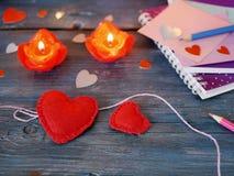 Walentynka dnia wystrój na drewnianym textural stole, para wielka czerwień czuł serca obrazy royalty free