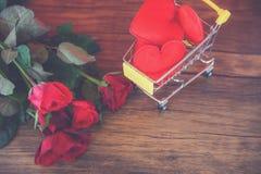 Walentynka dnia zakupy czerwony serce na wózek na zakupy miłości pojęciu, zakupy wakacje dla miłości/ zdjęcia royalty free