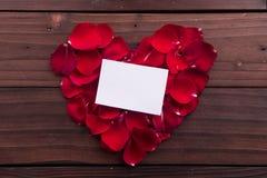 Walentynka dzień: Biel pusta papierowa karta i czerwona miłość kształtujący różani płatki Zdjęcia Royalty Free