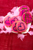 Walentynka dzień - ciastka z różowym mrożeniem i sercami Obrazy Stock