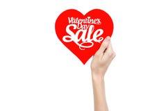 Walentynka dzień i sprzedaż temat: Wręcza trzymać kartę w postaci czerwonego serca z słowo sprzedażą odizolowywającą na białym tl Fotografia Royalty Free