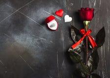 Walentynka dzień poślubia ja ślubny pierścionek zaręczynowy w pudełku z czerwieni róży prezentem Obraz Stock