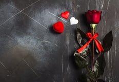 Walentynka dzień poślubia ja ślubny pierścionek zaręczynowy w pudełku z czerwieni róży prezentem Obrazy Royalty Free