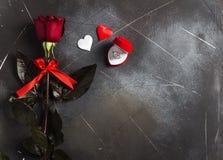 Walentynka dzień poślubia ja ślubny pierścionek zaręczynowy w pudełku z czerwieni róży prezentem Zdjęcia Stock