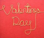 Walentynka dzień robić od drutu na czerwonym tle Zdjęcia Royalty Free