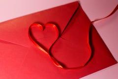 Walentynka dzień StValentine dnia koperta i faborek czerwonego koloru kierowy kształt od faborku obrazy stock