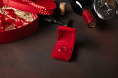 Walentynka dzień z butelką wino, szkło i pierścionek zaręczynowy Odgórny widok z kopii przestrzenią zdjęcie stock